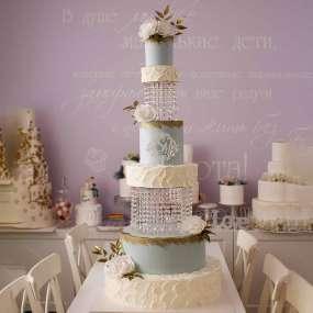 Бело-голубой торт изысканный с золотом