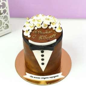 Коричневый торт смокинг с бабочкой
