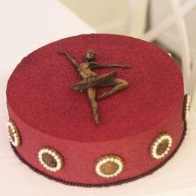 Торт красный с балериной