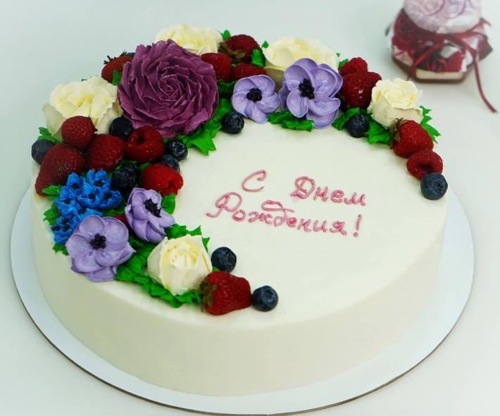 """Торт """"С кремовыми цветами и ягодами"""""""