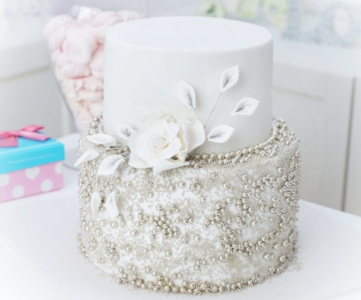 """Торт """"С бусинками и цветком"""""""