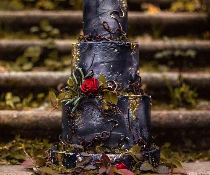 Черный торт готический