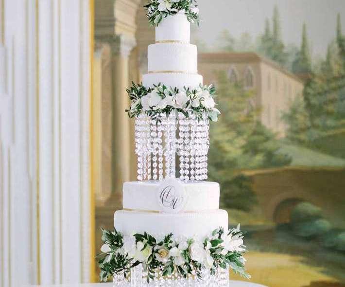 Белый торт нежные цветы
