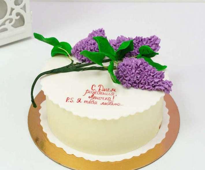 Белый торт веточка сирени