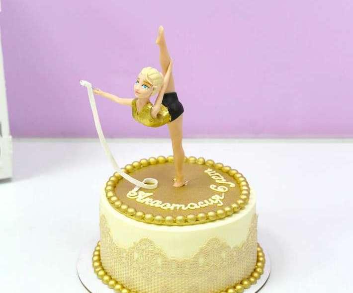 Белый торт гимнастка