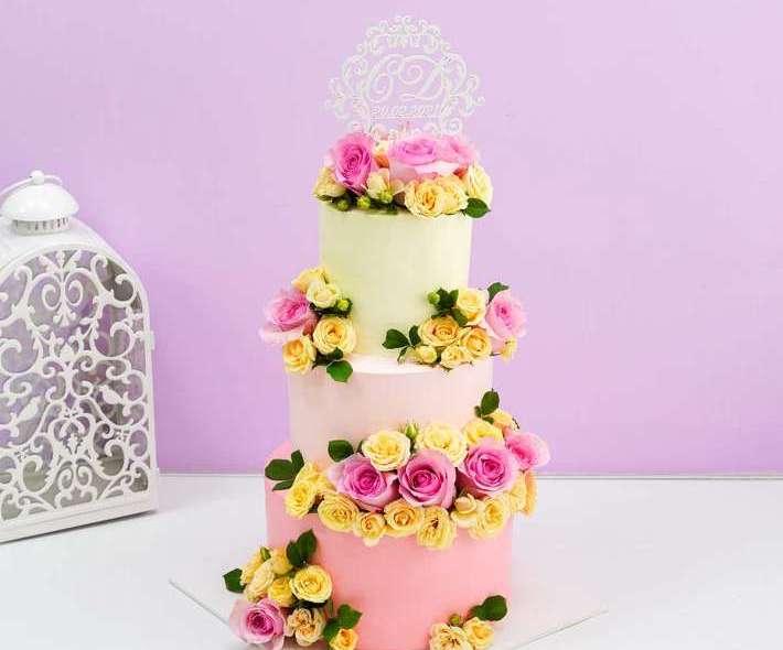 Бело-розовый торт розовые и желтые цветы