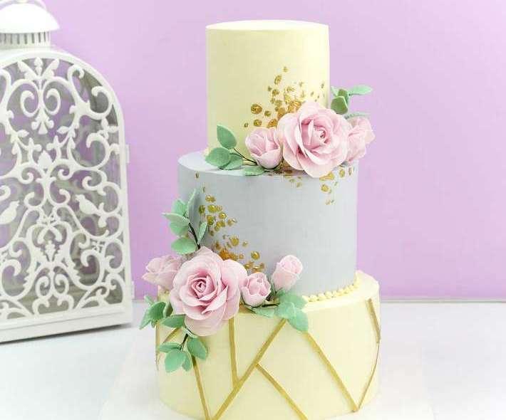 Бело-серый торт розы и золото