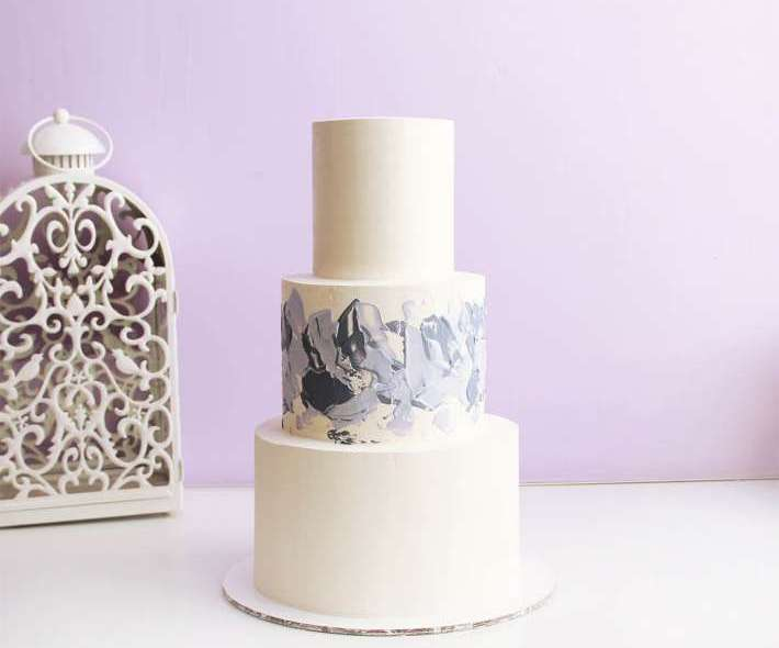 Трехъярусный торт с мазками