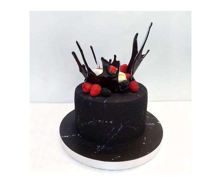 Черный торт с велюром