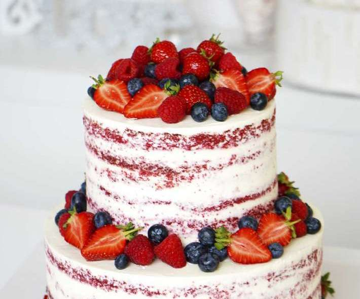 Свадебный открытый торт с ягодами