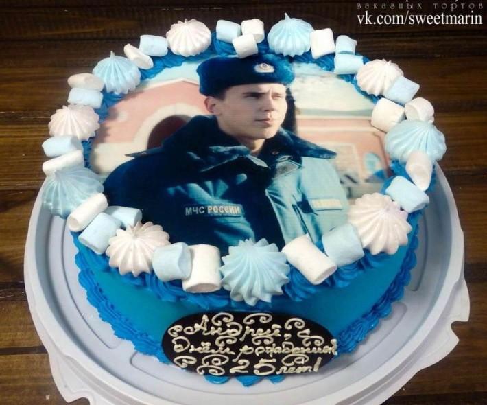 """Торт """"Фото-торт с рамочкой из сладостей"""""""
