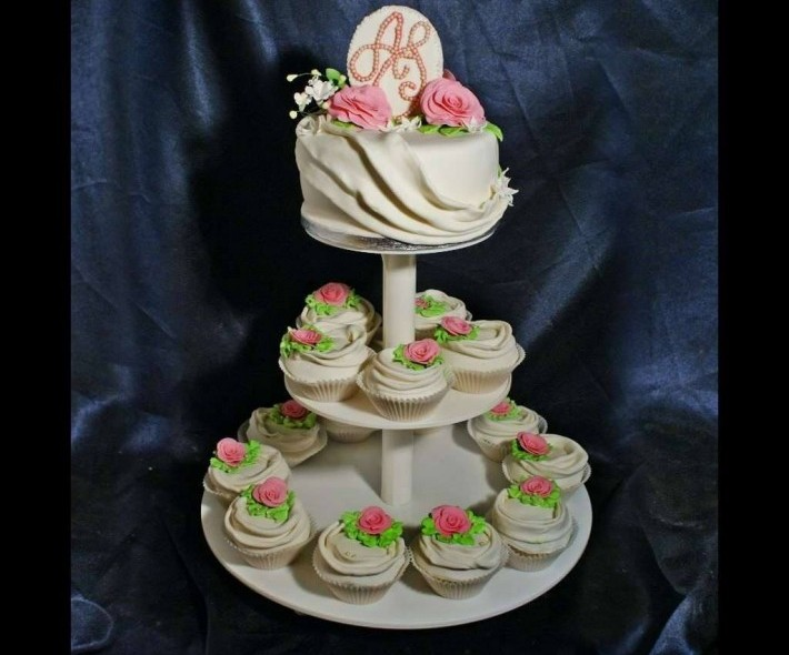 """Торт с капкейками """"Розовые розы"""""""