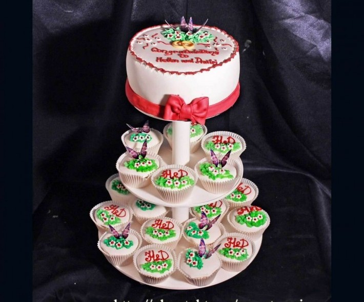 """Торт с капкейками """"Цветочная поляна"""""""