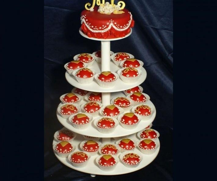 """Торт с капкейками """"Золото и бордо"""""""