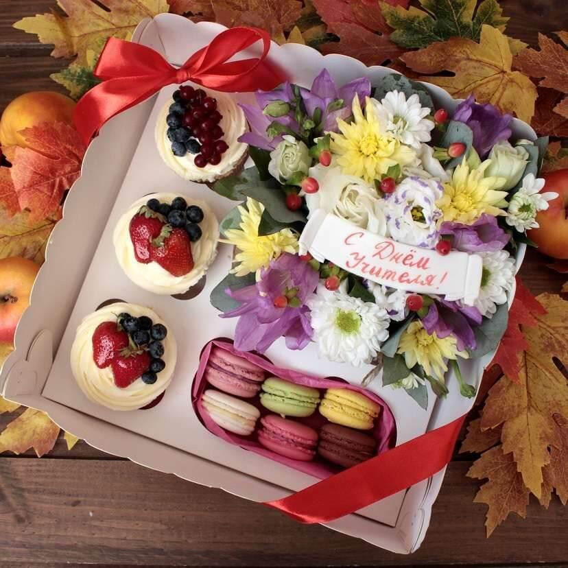 Поздравительный подарочный набор с цветами